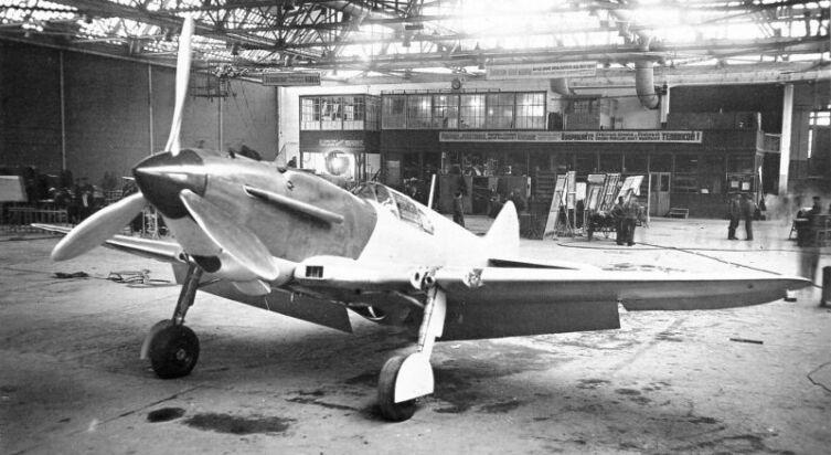 Первый серийный истребитель ЛаГГ-3 в сборочном цеху таганрогского авиазавода № 31