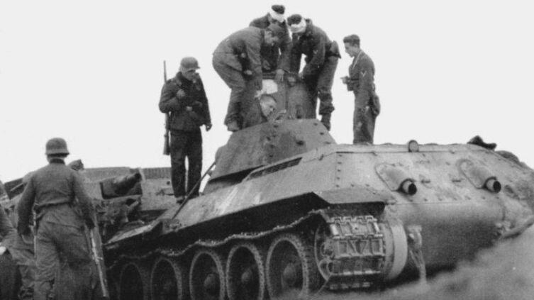 Взятие в плен советского танкиста после танкового тарана. Бои в районе Калинина. Октябрь 1941 г. Обе боевые машины вышли из строя. Экипаж был взят в плен, информации о его дальнейшей судьбе нет