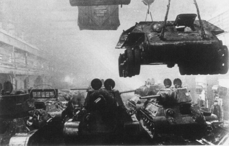 Сборка танков Т-34-76 в Нижнем Тагиле. Танки производились на Уральском вагоностроительном заводе и на эвакуированном сюда из Харькова заводе №183 (Уральский танковый завод имени Коминтерна)