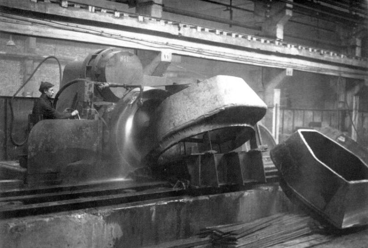 Шлифовка верхней кромки литых «шестигранных» танковых башен на Уральском танковом заводе в Нижнем Тагиле