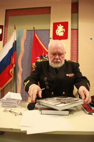 Николай Черкашин подписывает книги
