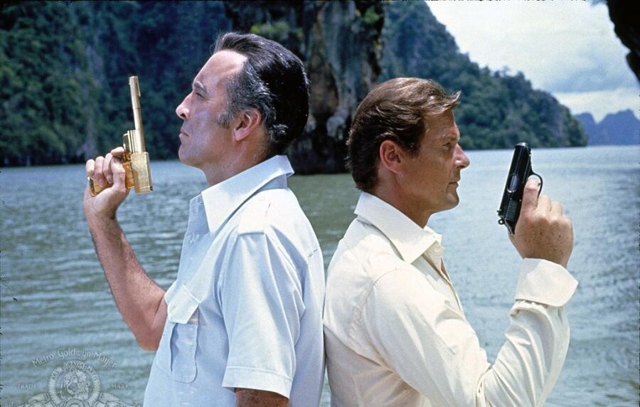 Кадр из к/ф «Человек с золотым пистолетом», 1974 г.