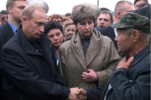 В. Путин на встрече с родственниками погибших в Видяево. 22 августа 2000 года