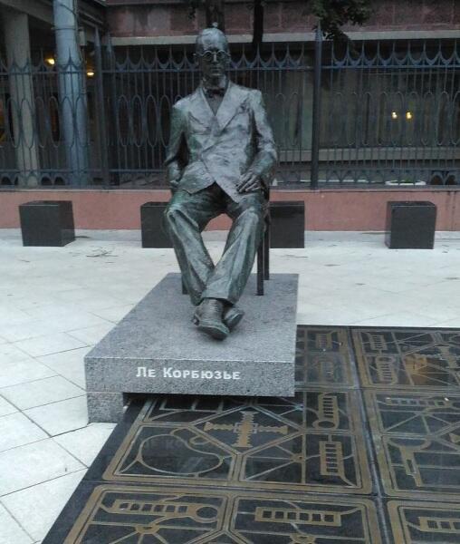 Памятник Ле Корбюзье на Мясницкой улице в Москве