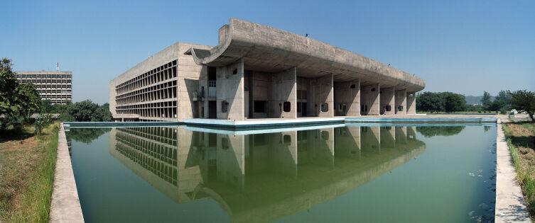 Здание Ассамблеи. Город Чандигарх — столица штата Пенджаб, Индия