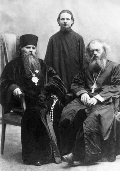 Священник Валентин Войно-Ясенецкий (справа) и епископ Иннокентий