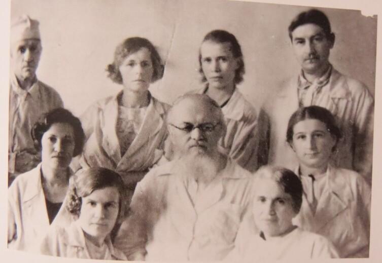 Групповой портрет медиков. В центре В. Войно-Ясенецкий