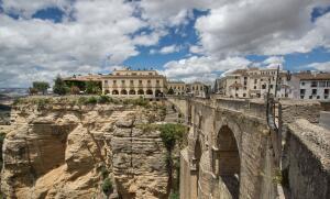 Почему испанскую Ронду называют «городом, парящим над пропастью»?
