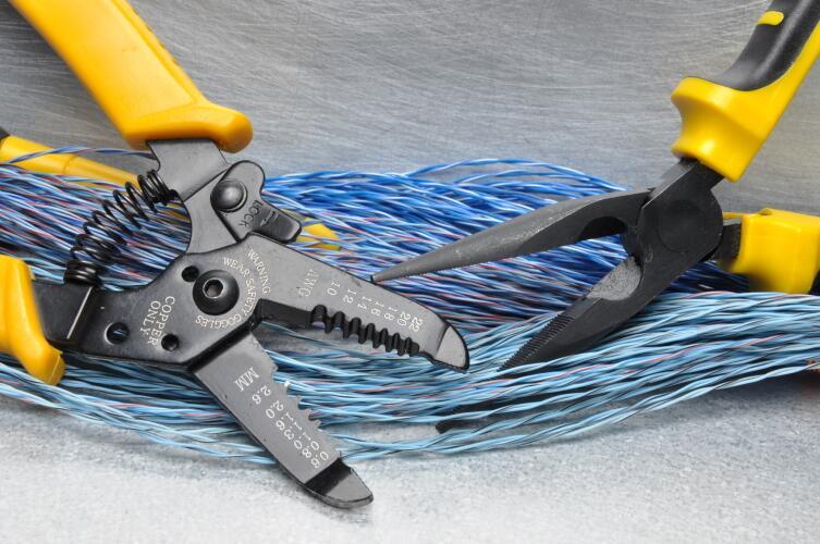 Чем удобен стриппер — инструмент для снятия изоляции?