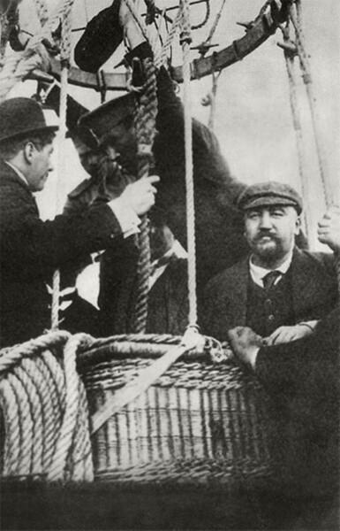 Александр Куприн (крайний с права) в корзине аэростата