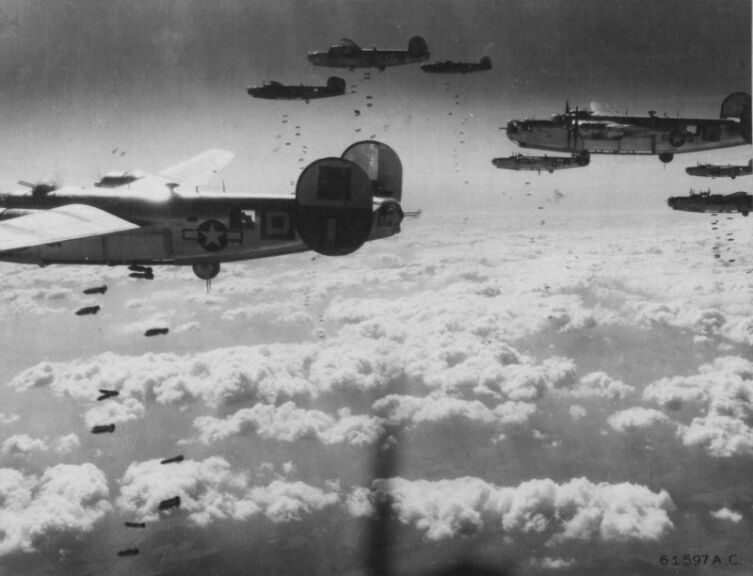 Американские бомбардировщики Consolidated B-24 Liberator из 464-й бомбардировочной группы 15-й воздушной армии бомбят сортировочные станции в районе Хайлигенштадта (Вена, Австрия)