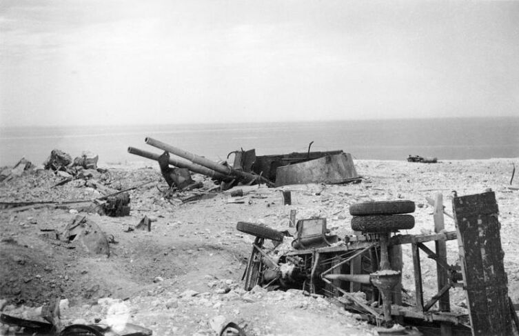 Уничтоженная башенная орудийная установка №1 35-й береговой батареи Севастополя.  35-я башенная береговая батарея  стала вместе с 30-й батареей основой артиллерийской мощи защитников Севастополя и обстреливала  противника до последнего снаряда