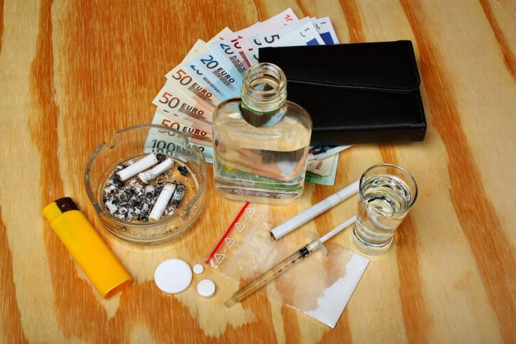 Водка + кокаин = Балтийский чай - напиток недисциплинированных революционных матросов . Фотография размещена не в целях пропаганды нездорового образа жизни, а за невозможностью найти подлинного плаката «Матросы-кокаинисты»