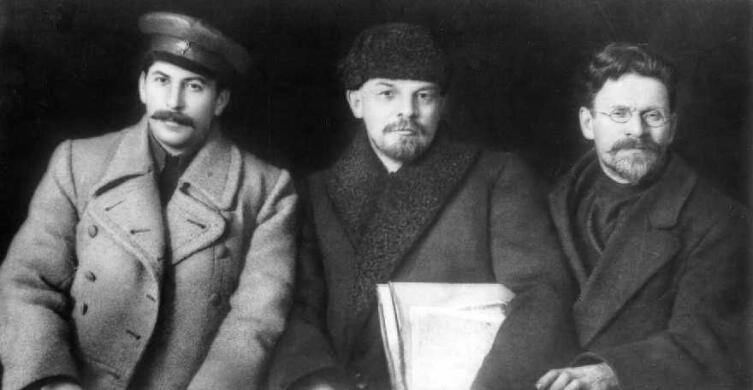 Справа налево, Михаила Калинин (партийная кличка «Всероссийский староста»),  Владимир Ульянов - Ленин (партийная кличка «Старик»), Иосиф Джугашвили - Сталин (партийная кличка «Коба»). 1919 г.