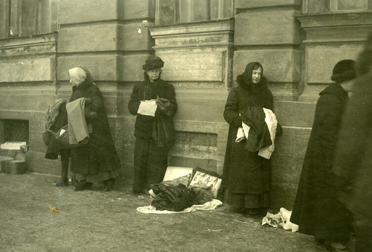 Уличная торговля в период военного коммунизма. Петроград, 1920 г.