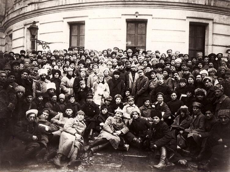 В. И. Ленин, Л. Д. Троцкий, К. Е. Ворошилов с участниками подавления Кронштадтского восстания. Март 1921 г.
