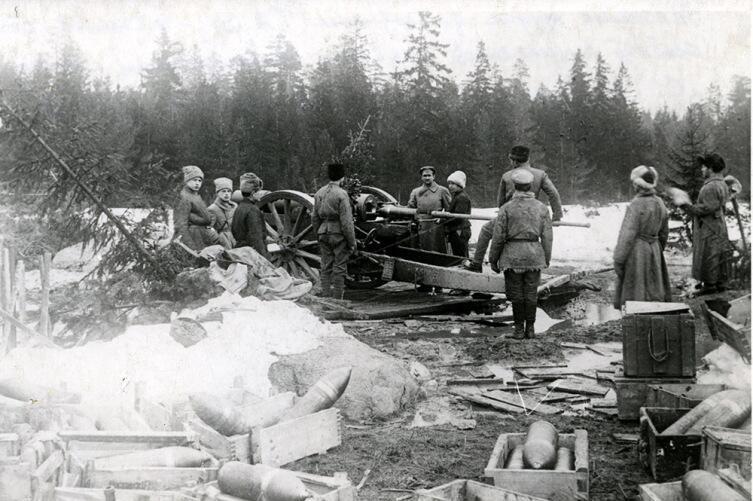 Тяжелое артиллерийское орудие во время обстрела крепости Кронштадта. Март 1921 г.