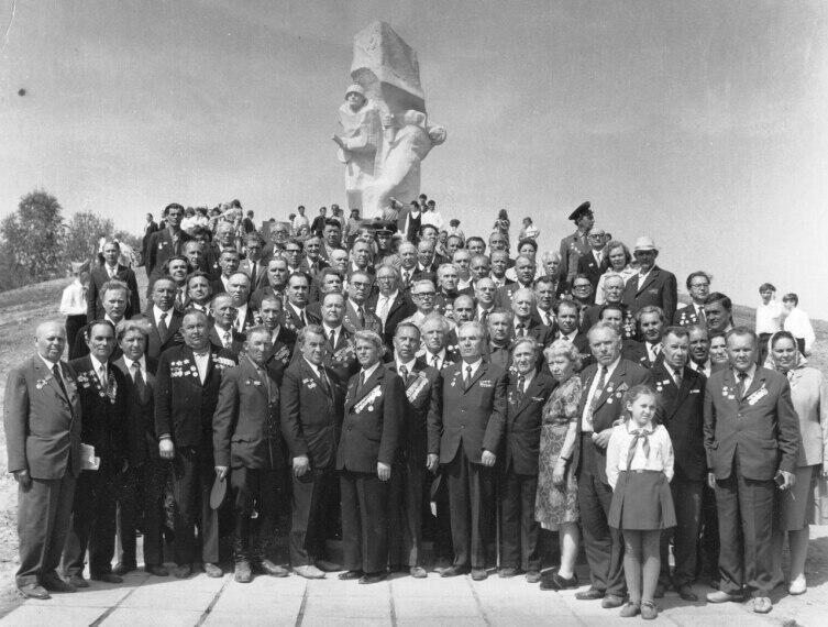 8 мая 1975 года. Бывшие курсанты в день открытия памятника в селе Ильинское