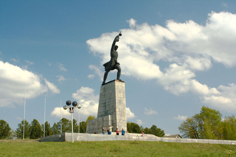 Монумент воинам ВОВ павшим в боях с фашистскими войсками на