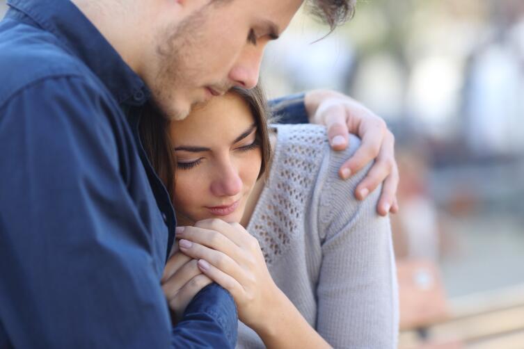 Чаще обнимают маленьких людей, особенно женщин
