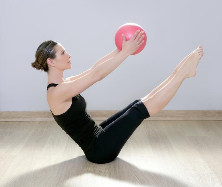 При таком упражнении возникает нагрузка на позвоночник, поэтому лучше исключить его из тренировки