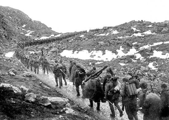 Бойцы 12-й бригады морской пехоты на марше через хребет Мустатунтури