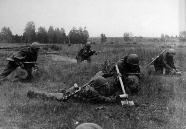 Советские саперы устанавливают противотанковые противогусеничные мины ТМ-42 перед передним краем обороны. Курская дуга, Центральный фронт