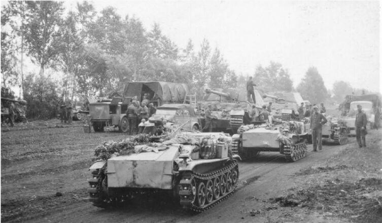 На переднем плане — колонна дистанционно управляемых подрывных машин «Borgward IV» (Schwere Ladungstrager, Sd.Kfz.301) 314-й саперной роты. На втором плане истребители танков «Фердинанд» Sd.Kfz.184 (8,8 cm PaK 43/2 Sfl L/71 Panzerjäger Tiger (P) 653-го батальона тяжёлых истребителей танков (Schwere Panzerjäger-Abteilung 653). Слева — автомобиль технического подразделения с мобильной электростанцией и компрессором