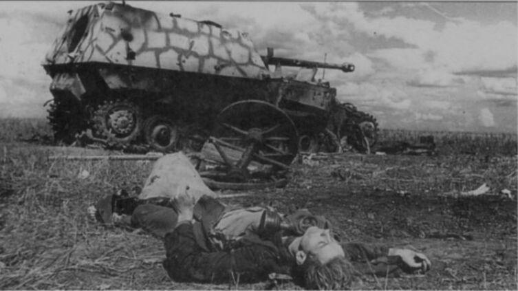 Тяжелое штурмовое орудие «Фердинанд», бортовой номер «723» из состава 654-го дивизиона (батальона), подбитое в районе совхоза «1-е мая». Снарядными попаданиями разрушена гусеница и заклинено орудие. Машина входила в «ударную группу майора Каль» в составе 505-го тяжелого танкового батальона 654-го дивизиона