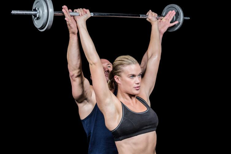 Штанга порой даже легче для женщины, нежели гантели или гири.