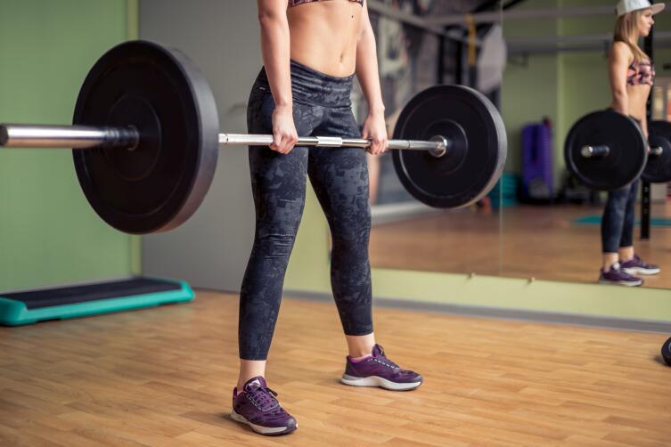 Не стоит думать, что чем тяжелее вес, тем это лучше, женщинам подойдет штанга в 5, 7, 9 кг.