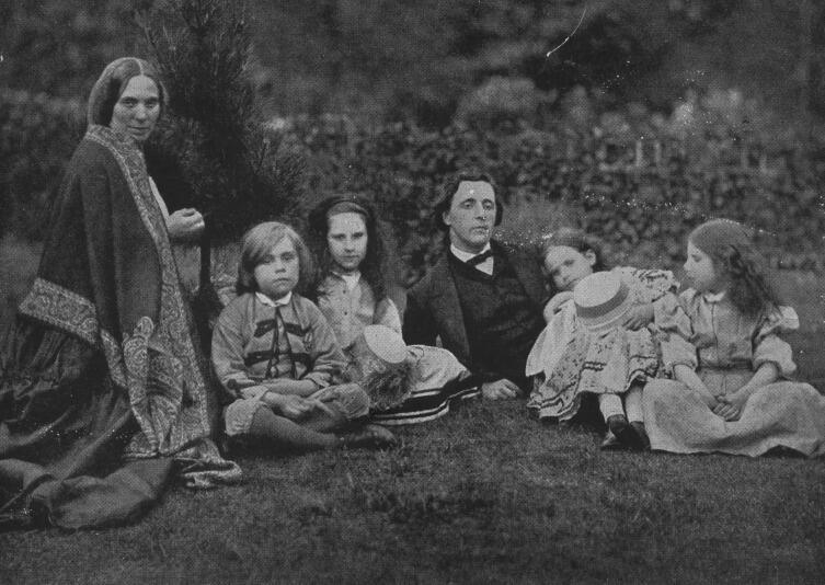 Льюис Кэрролл с миссис Джордж Макдональд и четырьмя детьми отдыхает в саду
