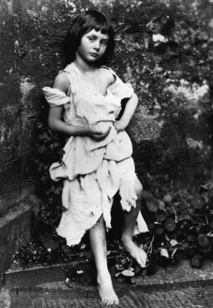 Алиса Лидделл в образе нищенки. Фотография сделана Льюисом Кэрроллом около 1859 г.