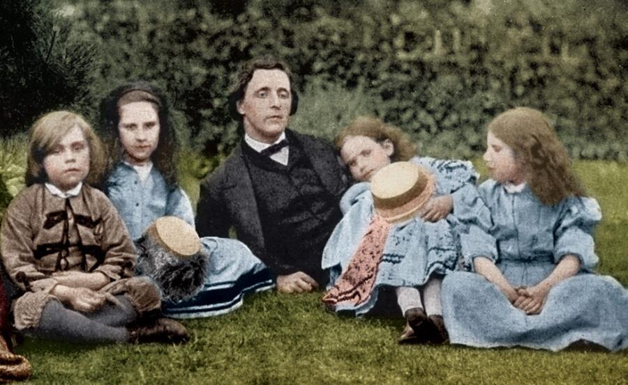 Льюис Кэрролл с детьми писателя Джорджа Макдональда