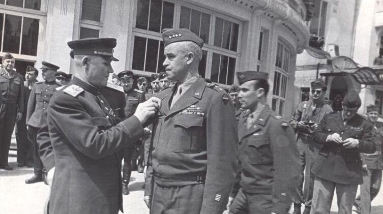 Маршал Советского Союза Иван Степанович Конев (1897—1973) вручает американскому генералу Омару Брэдли (Omar Bradley, 1893—1981) орден Суворова 1-й степени в курортном немецком городке Бад-Вильдунген (Bad-Wildungen)