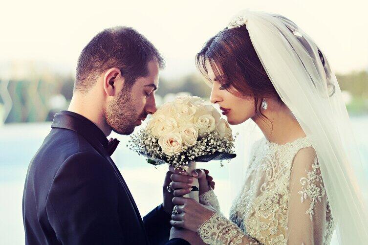 Девушки меняют фамилию при вступлении в брак, основываясь на народных традициях