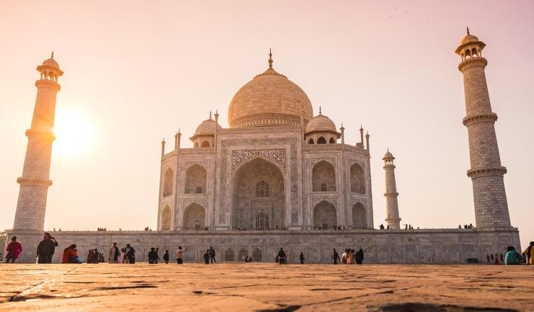 Тадж-Махал построен из мрамора и стоит уже почти 390 лет