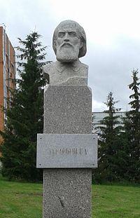 Бюст Г. А. Захарьина во дворе Клинической больницы № 6 в Пензе, носящей его имя, 1988 г.