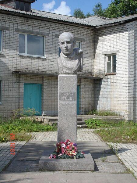 Памятник Н. М. Рубцову в Емецке