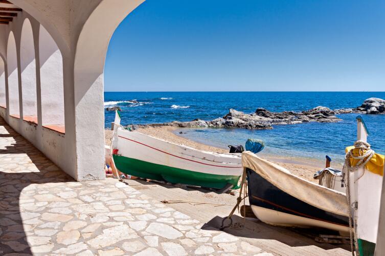 Где остановиться на побережье Коста-Брава? Отель против кемпинга