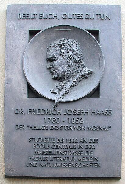 Мемориальная доска на школе в Кёльне, где учился Гааз