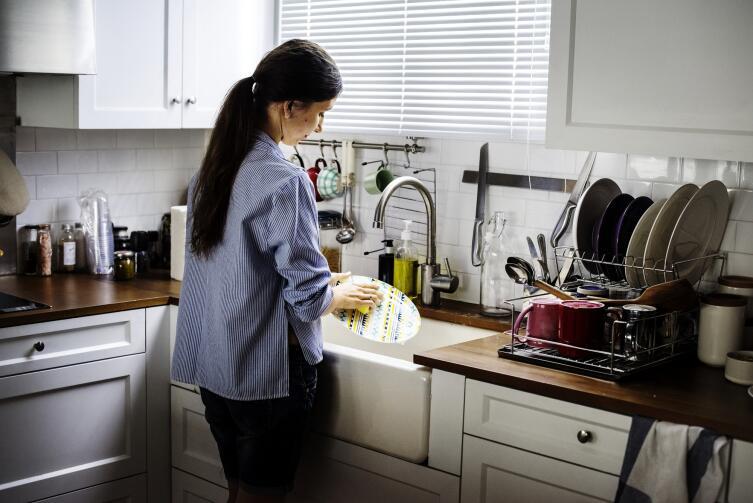 С детства в ней живёт убеждение, что если каждый день с утра до ночи «чистить кастрюли и мыть горшки», вознаграждение придёт непременно
