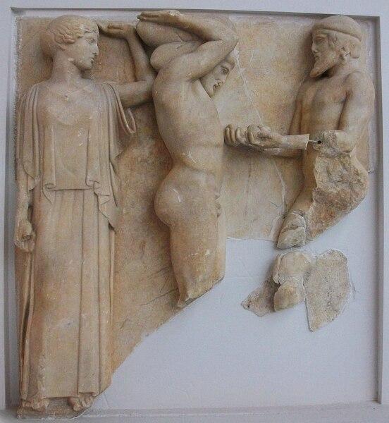 Метопа храма Зевса в Олимпии, на которой изображён Атлант с яблоками Гесперид и Геракл, удерживающий небосвод. Мрамор. Около 460 года до н. э.