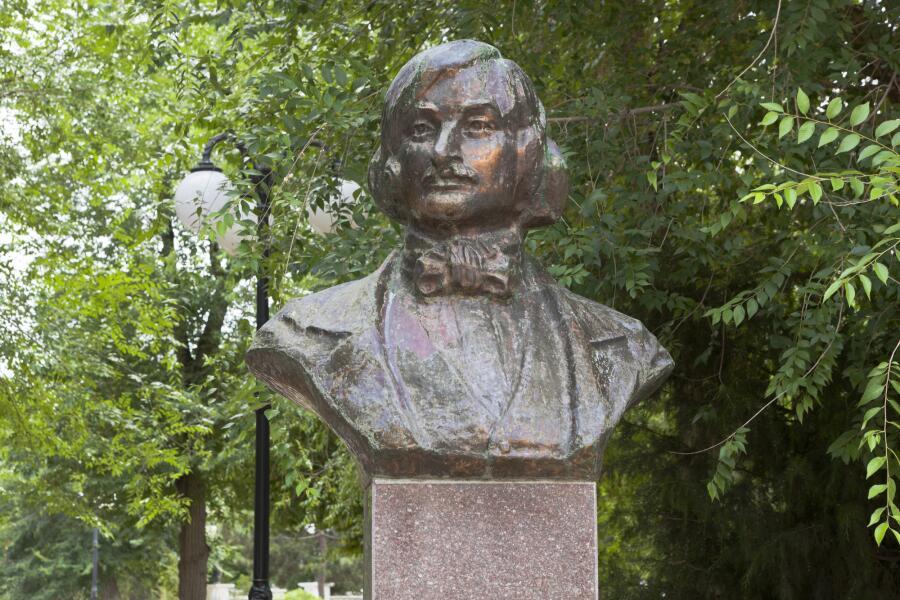 Бюст Н. В. Гоголя в Евпатории