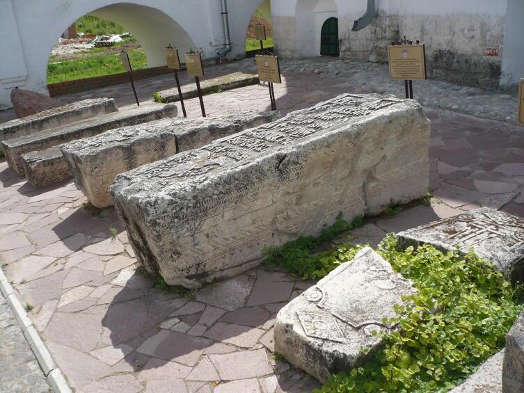 Сохранившиеся надгробные плиты на монастырском кладбище