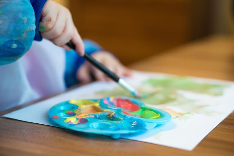 В небольших группах ребенку уделяют больше внимания