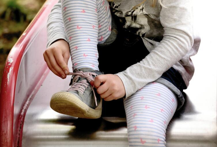 Помните, что одеваться придется самостоятельно, поэтому шнурки и обилие пуговиц лучше оставить для домашней одежды