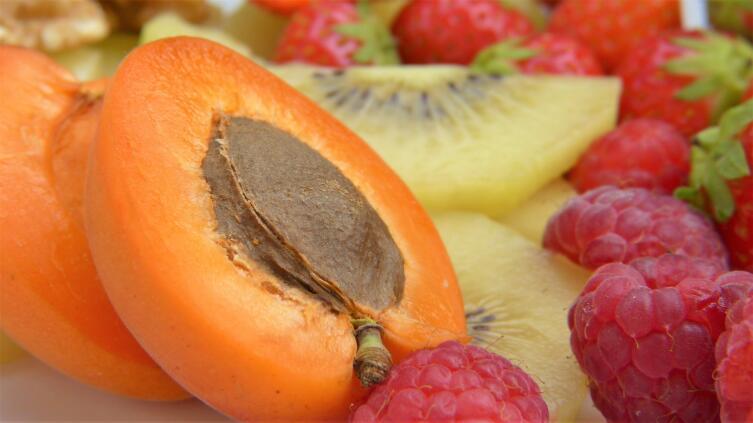 Отдавайте предпочтение свежим сезонным фруктам
