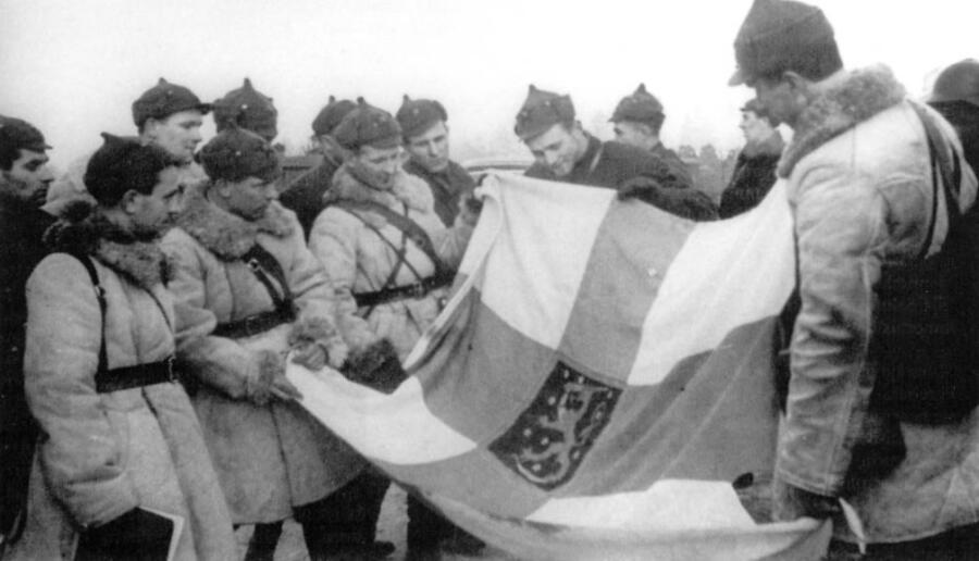 Группа красноармейцев с захваченным флагом Финляндии