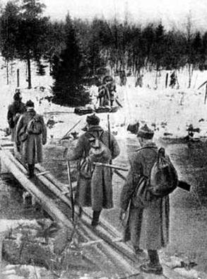 Советские пехотинцы переходят реку Раяйоки в Карелии, 30 ноября 1939 г.